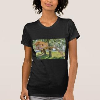 Hölzernes Baumhaus in der Eiche mit Gras T-Shirt