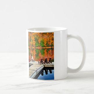 Hölzernes Dock auf Herbstsee Kaffeetasse