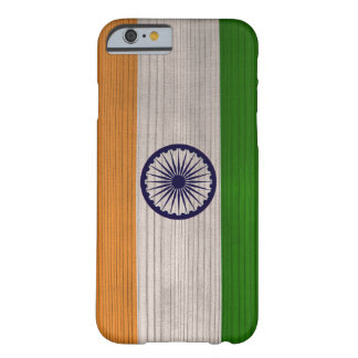 Hölzernes Muster mit gravierter Indien-Flagge Barely There iPhone 6 Hülle