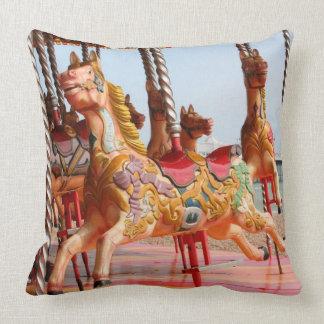 Hölzernes Pferd auf Vintagem Rummelplatzkarussell Kissen