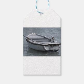 Hölzernes Rudersportboot des Singles auf dem Meer Geschenkanhänger