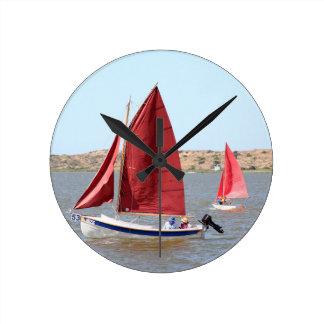 Hölzernes Segelboot Runde Wanduhr