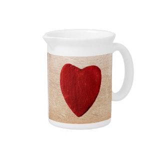 Holzhintergrund mit Herz Getränke Pitcher