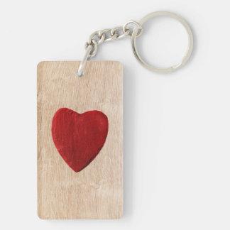 Holzhintergrund mit Herz Schlüsselanhänger