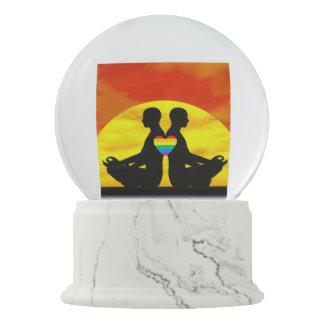 Homosexuelle Yoga-Liebe - 3D übertragen Schneekugel