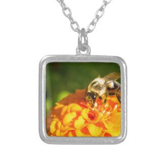 Honig-Bienen-orange Gelb-Blume mit Versilberte Kette