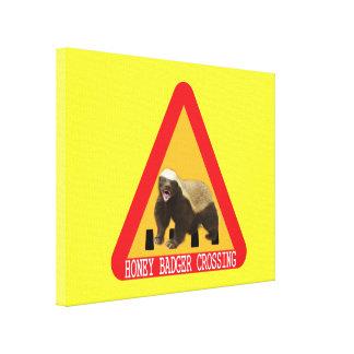 Honig-Dachs-Überfahrt-Zeichen - gelber Hintergrund Gespannte Galerie Drucke