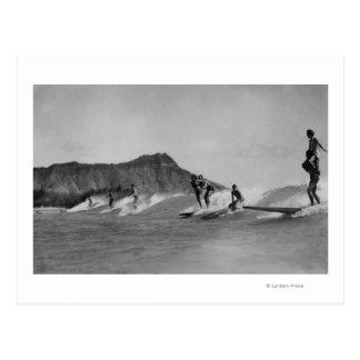 Honolulu, Hawaii - Surfer weg von Waikiki Strand Postkarte