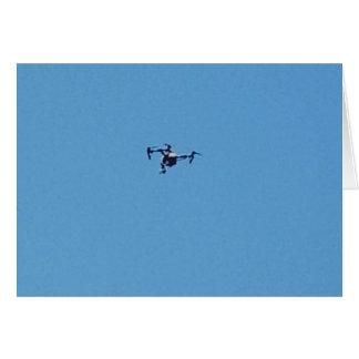 Hoovering Drohne gegen blauer Himmel-Einfachheit Karte