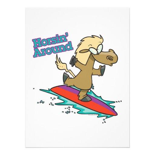 Horsing um lustigen surfenden PferdeCartoon Einladungskarte