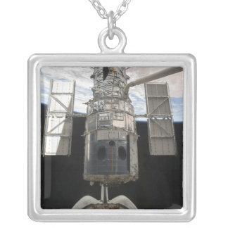 Hubble Weltraumteleskop in Atlantis-Laderaum Versilberte Kette