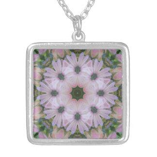 Hübsch in der rosa Gänseblümchenmandala-Halskette Versilberte Kette