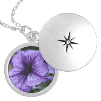 Hübsche lila Petunie Versilberte Kette