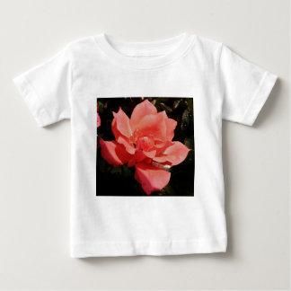 Hübsche Pfirsich-Rosa-Rose mit Blumen Baby T-shirt