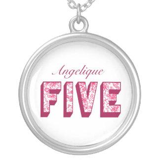Hübsche rosa blumige fünf Geburtstags-Halskette Versilberte Kette