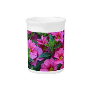 Hübsche rosa Petunie-Blumen Getränke Pitcher