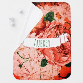 Hübsche rosa Vintage Blumen u. der Name des Babys Kinderwagendecke