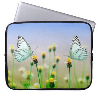 Hübsche weiße Schmetterlinge auf Laptopschutzhülle