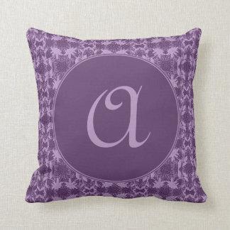 Hübscher Lavendel-lila Spitze-Muster mit Monogramm Kissen