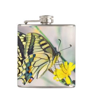 Hübscher Schmetterling auf gelber Blume Flachmann