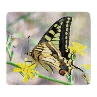 Hübscher Schmetterling auf gelber Blume Schneidebrett