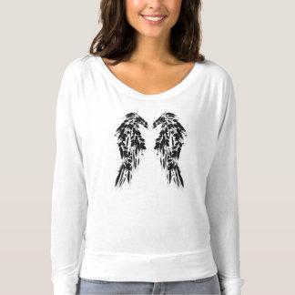Hübscher schwarzer Rabe versieht Engels-Flügel mit T-shirt