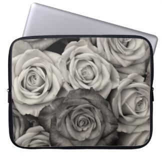 Hübscher Schwarzweiss-Rosen-Blumenstrauß der Blume Laptop Schutzhüllen