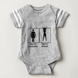 Hübscher Standard gegen hübsches böses Baby Strampler