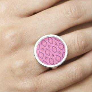 Hübsches geometrisches in größtenteils rosa ring