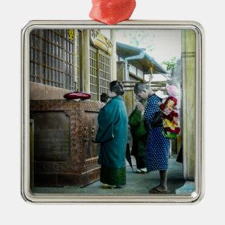 Huckepack tragen zur Gebets-Zeit am lokalen Tempel Silbernes Ornament
