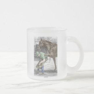 Hufschmied-Schmied, der Pferd beschuht Matte Glastasse