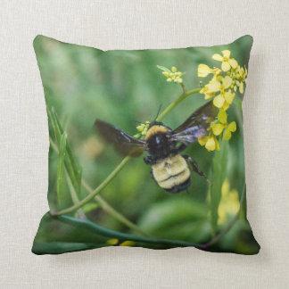 Hummel-Biene im Flug Kissen