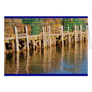 Hummer-Fallen gestapelt auf Pier auf Küste von Karte