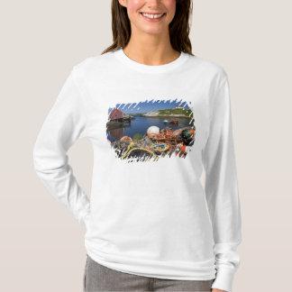 Hummertöpfe, Bojen und Seile auf dem Dock an T-Shirt