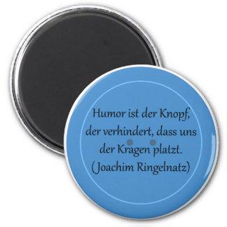 Humor ist der Knopf, der verhindert... Runder Magnet 5,1 Cm