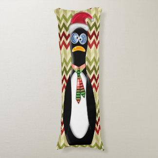 Humorvoller Sankt-Pinguin auf den roten und grünen Seitenschläferkissen