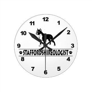 Humorvoller Staffordshire-Bullterrier Runde Wanduhr