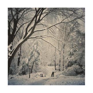 Hund, der in ein Winter-Märchenland geht Holzleinwand