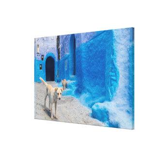 Hund in der blauen Stadt Leinwanddruck
