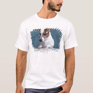 Hund mit Lesegläsern Karte studierend T-Shirt