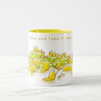 Hund und volles der lustigen Illustration der Zweifarbige Tasse