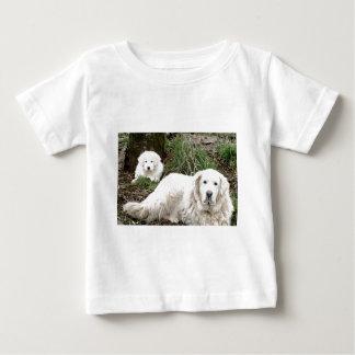 Hund und Welpe großer Pyrenäen Baby T-shirt