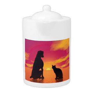 Hunde- und Katzenfreundschaft am Sonnenuntergang