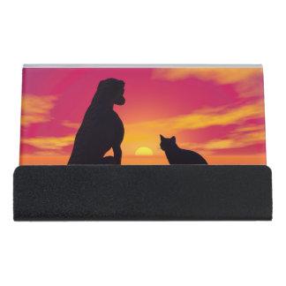Hunde- und Katzenfreundschaft am Sonnenuntergang Schreibtisch-Visitenkartenhalter
