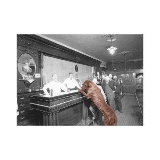 Hundefreundliche Saal-Bar-Taverne-Männer, die Bier Leinwanddruck