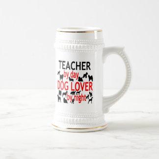 Hundeliebhaber-Lehrer im Rot Bierglas