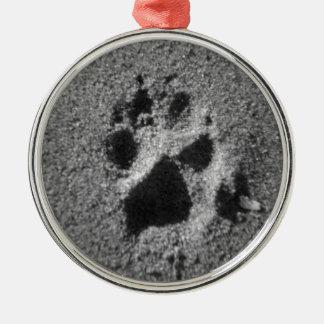 hundepfote_sand_001.jpg rundes silberfarbenes ornament
