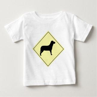 Hundeüberfahrt-Zeichen Baby T-shirt