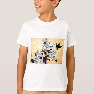 Hydrangea und Schwalbe durch Katsushika Hokusai T-Shirt