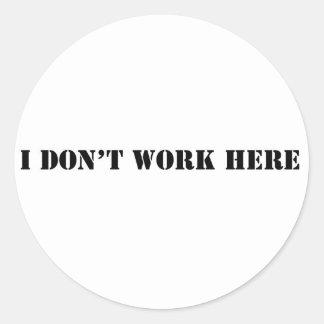 ich arbeite nicht hier runder aufkleber